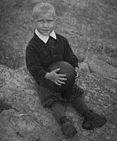 Нажмите на изображение для увеличения.  Название:1953 Заполярье На камне с мячом crop.jpg Просмотров:341 Размер:70.5 Кб ID:13179